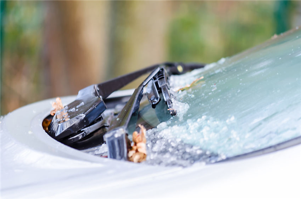Should Windshields Be Replaced in the Winter?